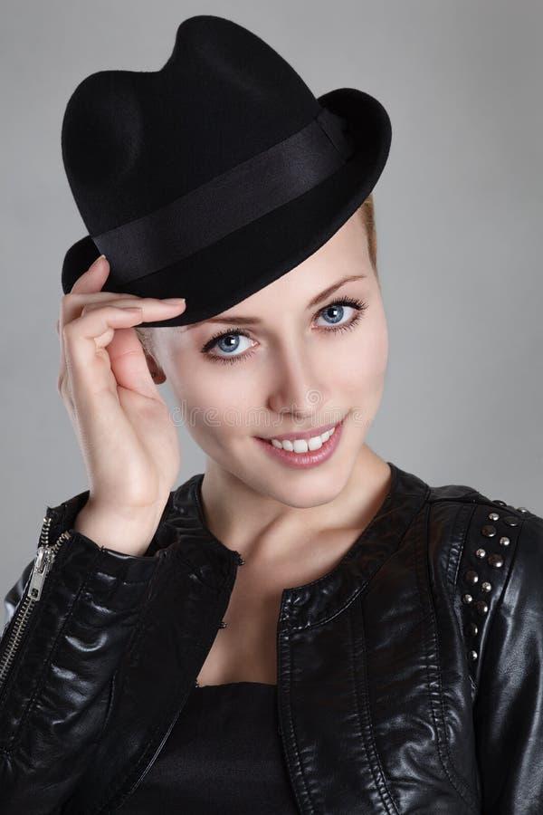 Beautyl lycklig blond ung kvinna royaltyfria foton