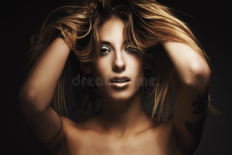 Beautyportrait av den unga sexiga kvinnan arkivfoto