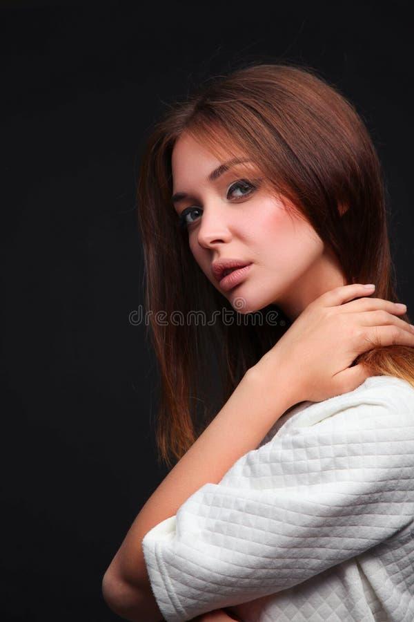 beauvoir 一个少妇的画象黑暗的背景的 免版税库存图片