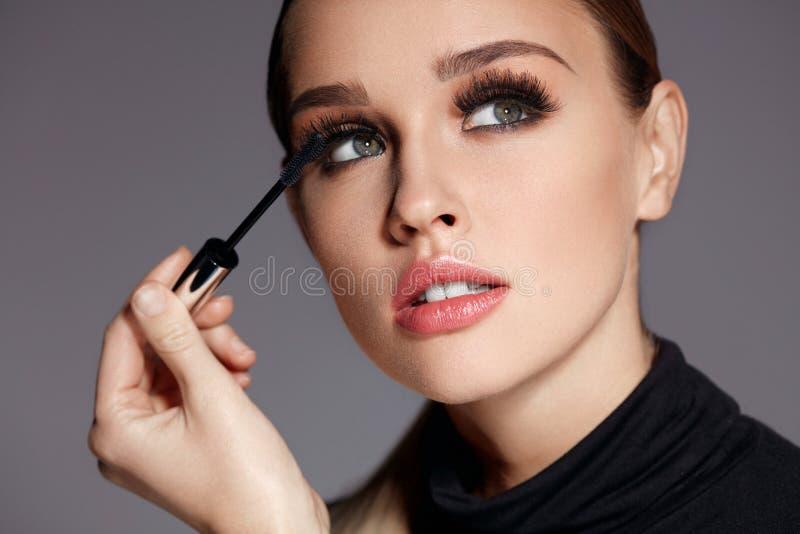 beauvoir 应用在睫毛的美丽的妇女黑染睫毛油 图库摄影