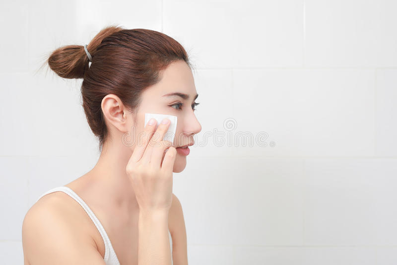 beauvoir 护肤概念 取消构成的妇女从她的面孔 库存图片