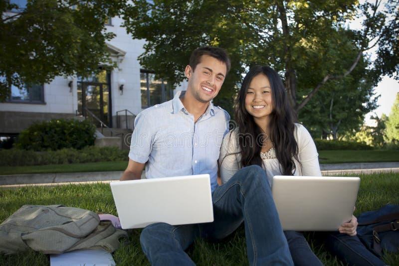 Beaux étudiants universitaires étudiant ensemble photographie stock
