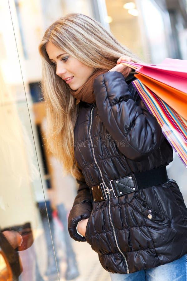 Beaux achats de femme images stock