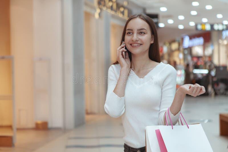 Beaux achats de jeune femme au mail local photos stock