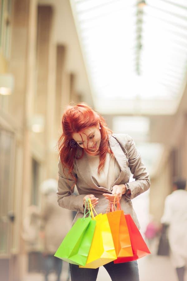 Beaux achats de jeune femme dans la ville, mail avec le panier images stock