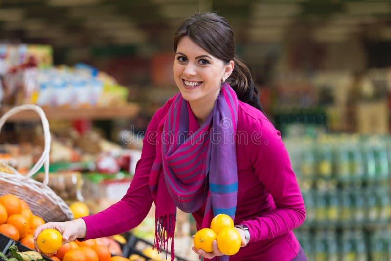 Beaux achats de jeune femme dans un supermarché d'épicerie photo libre de droits