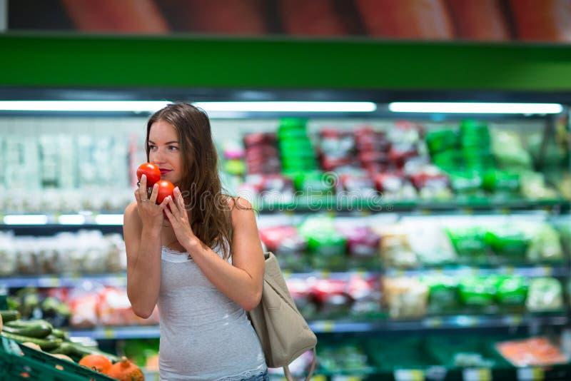 Beaux achats de jeune femme dans une épicerie images libres de droits