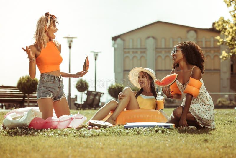 Beaux amis féminins ayant une partie avec les jouets de natation dehors images stock