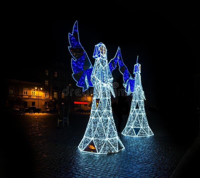 Beaux anges illuminés comme décorations de Noël à Cracovie image libre de droits