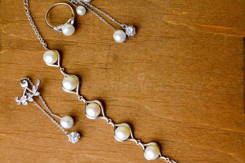 Beaux anneaux, colliers, boucles d'oreille, bijoux avec les pierres précieuses, perles photographie stock libre de droits