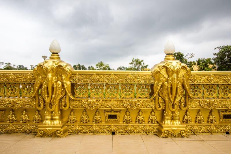 Beaux art et architecture dans la couleur d'or chez Wat Paknam Jolo, Bangkhla, province de Chachoengsao, Thaïlande photos stock