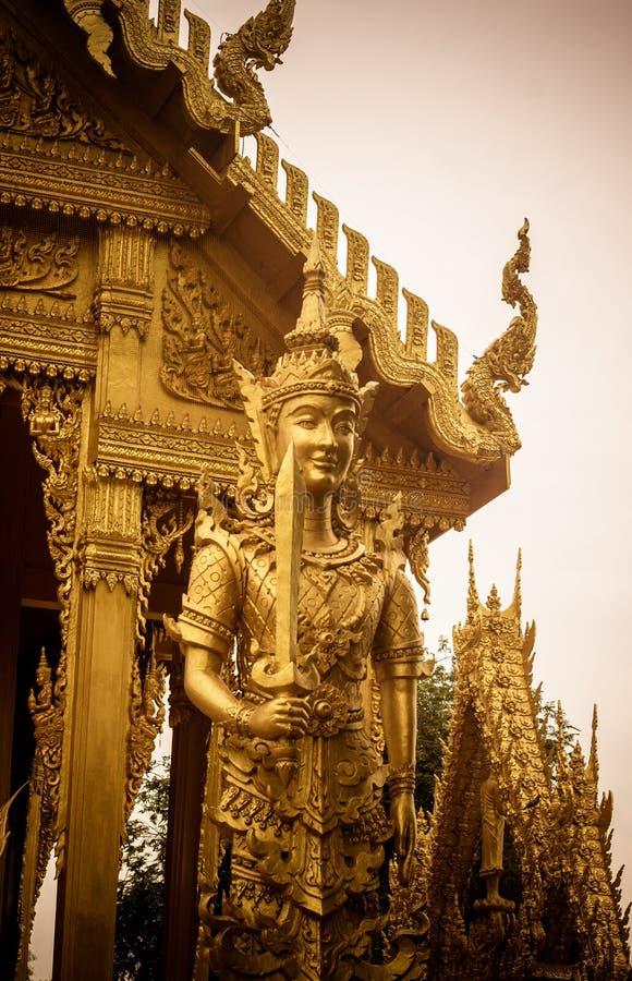 Beaux art et architecture dans la couleur d'or chez Wat Paknam Jolo, Bangkhla, province de Chachoengsao, Thaïlande image stock