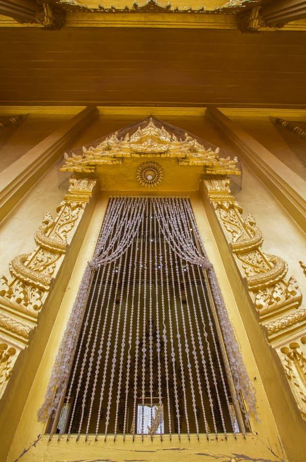 Beaux art et architecture dans la couleur d'or chez Wat Paknam Jolo, Bangkhla, province de Chachoengsao, Thaïlande photographie stock libre de droits