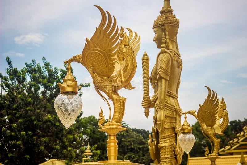 Beaux art et architecture dans la couleur d'or chez Wat Paknam Jolo, Bangkhla, province de Chachoengsao, Thaïlande photo libre de droits