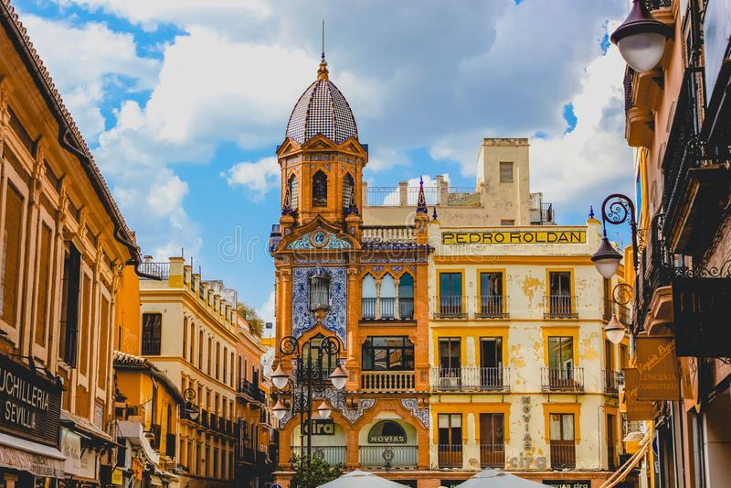Beaux bâtiments avec les façades sculptées en Séville, Espagne photographie stock libre de droits