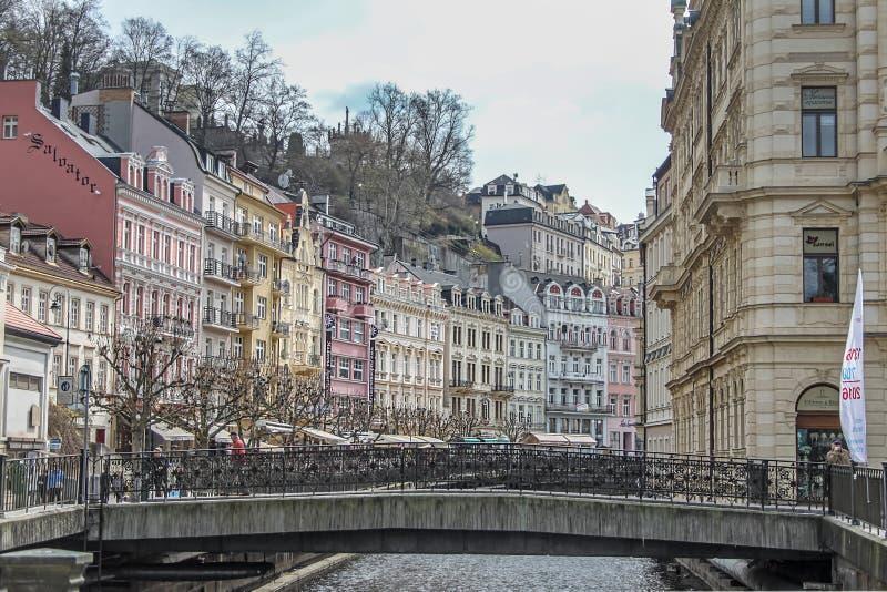 Beaux bâtiments colorés à côté du rivage de la rivière à Karlovy Vary images libres de droits