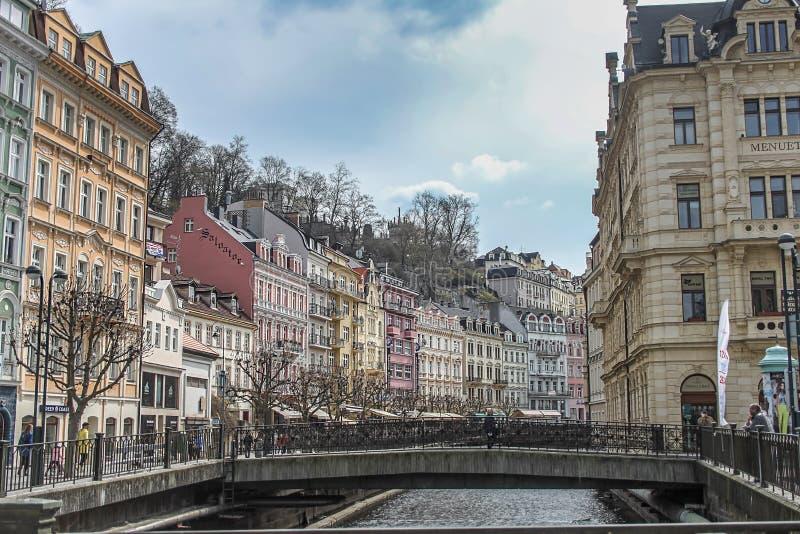 Beaux bâtiments colorés à côté du rivage de la rivière à Karlovy Vary images stock