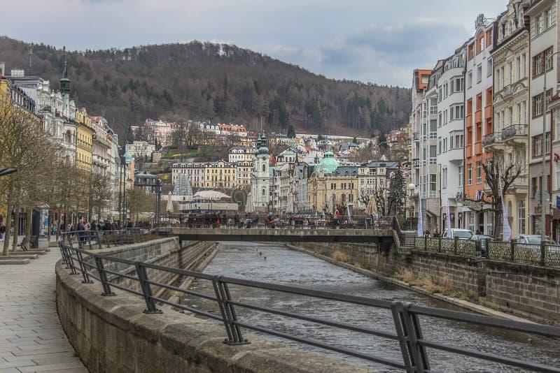 Beaux bâtiments colorés à côté du rivage de la rivière à Karlovy Vary photographie stock libre de droits