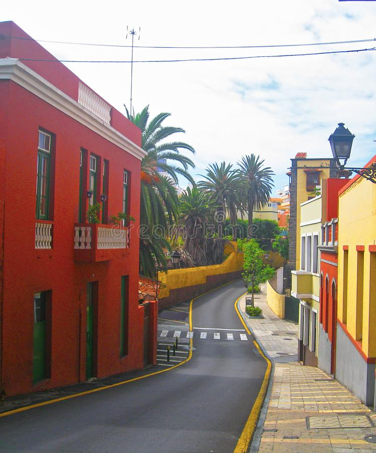 Beaux bâtiments colorés dans une rue étroite dans la vieille ville de Puerto de la Cruz, une des villes de touristes de les plus  photo stock