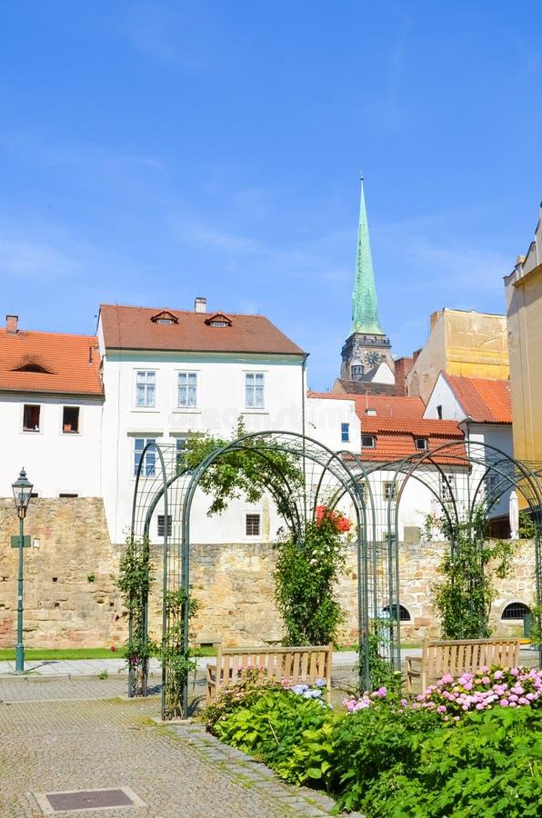 Beaux bâtiments dans la vieille ville de Plzen, République Tchèque avec la cathédrale dominante du tir de St Bartholomew du parc  photo libre de droits