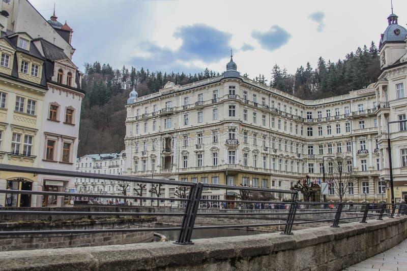 Beaux bâtiments et hôtel colorés grands à côté du rivage de la rivière à Karlovy Vary photo libre de droits