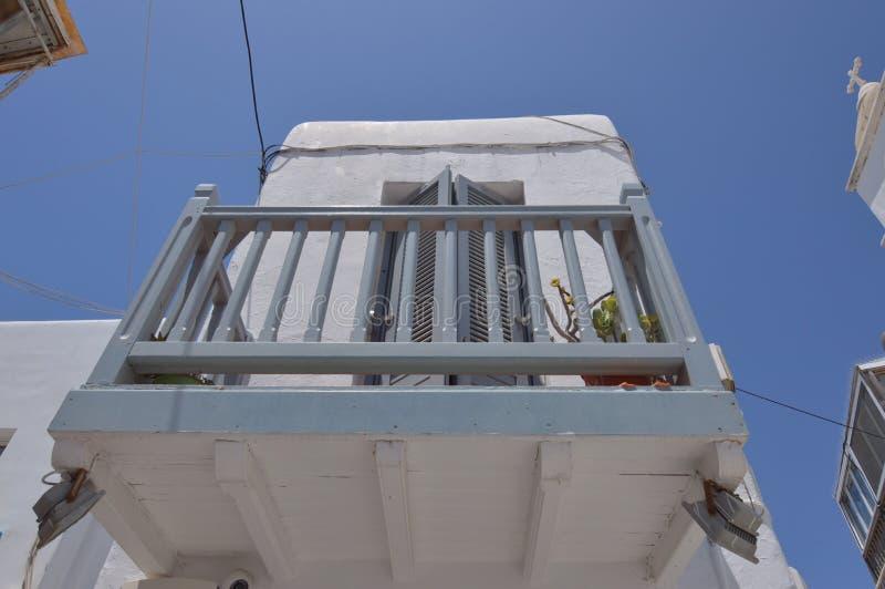 Beaux balcons dans de rues l'étroit pittoresque très complètement des boutiques en île de Chora de Mikonos Arte History Architect photos libres de droits