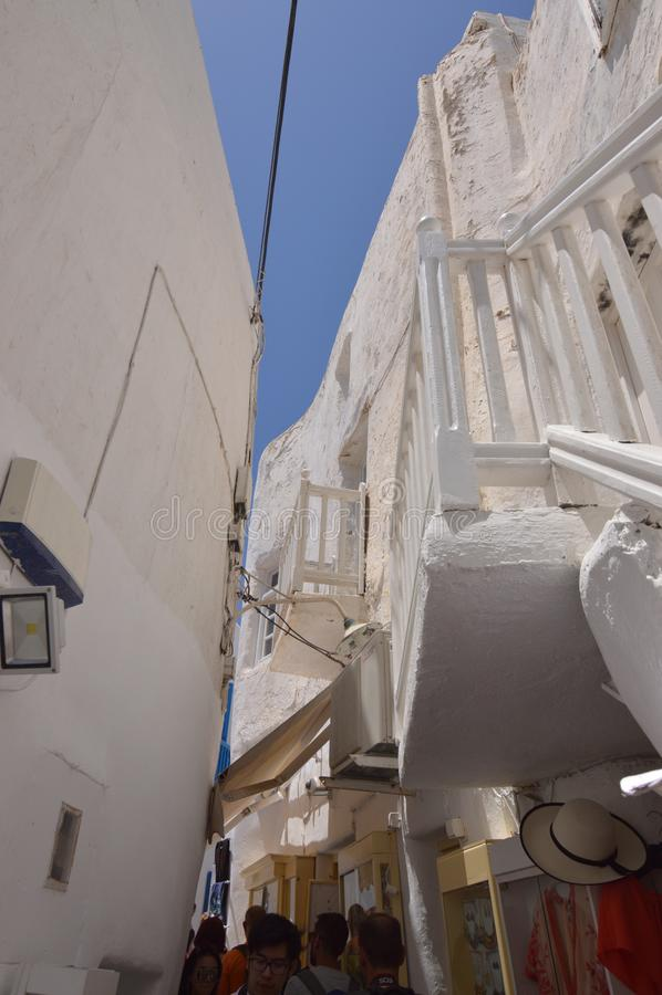 Beaux balcons dans de rues l'étroit pittoresque très complètement des boutiques en île de Chora de Mikonos Arte History Architect images libres de droits