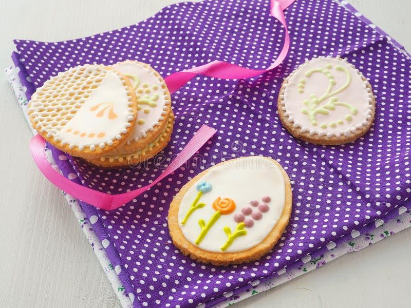 Beaux biscuits sous forme d'oeuf de pâques Biscuits de sucre de Pâques avec l'ornement floral image stock