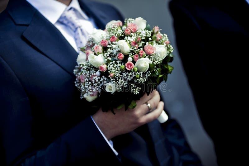 Beaux bouquets des fleurs prêtes pour la grande cérémonie de mariage photo libre de droits