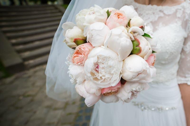 Beaux bouquets des fleurs prêtes pour la grande cérémonie de mariage photographie stock libre de droits