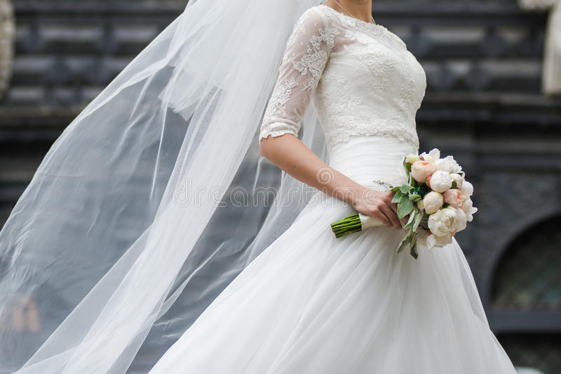 Beaux bouquets des fleurs prêtes pour la grande cérémonie de mariage photos stock