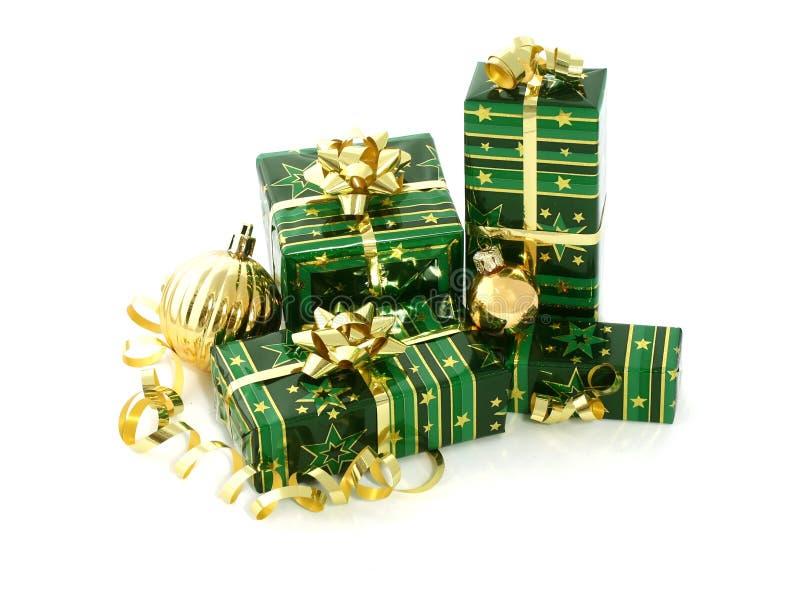 Beaux cadeaux de Noël sur le blanc photographie stock