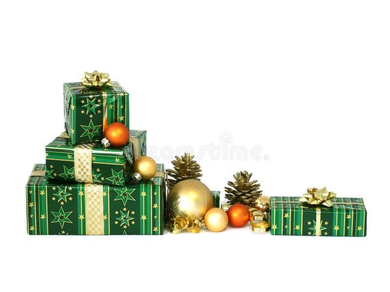 Beaux cadeaux de Noël sur le blanc images stock