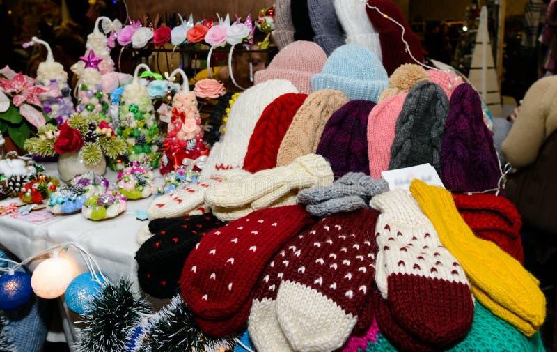 Beaux chapeaux et mitaines tricotés colorés à la foire photo libre de droits