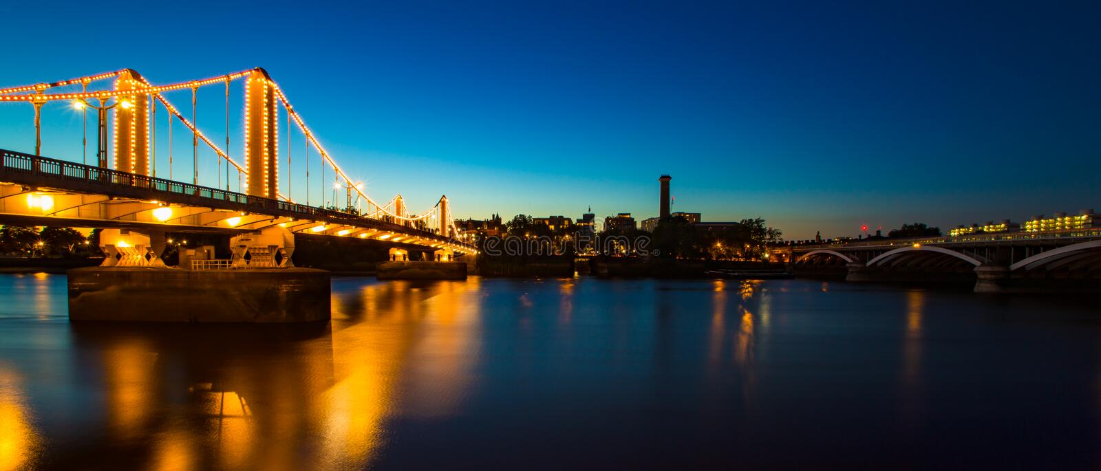 Beaux Chelsea Bridge et pont de chemin de fer par nuit Londres Angleterre photo libre de droits