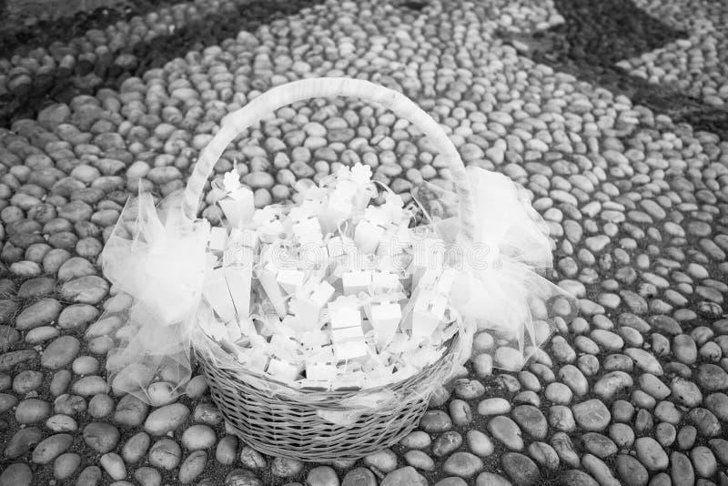 Beaux confettis de panier et de mariage photos stock