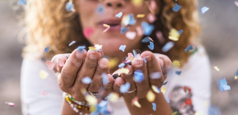 Beaux confettis defocused de coup de femme des mains Concept de c?l?bration et d'?v?nement bonheur et image colorée mouvement et photographie stock libre de droits