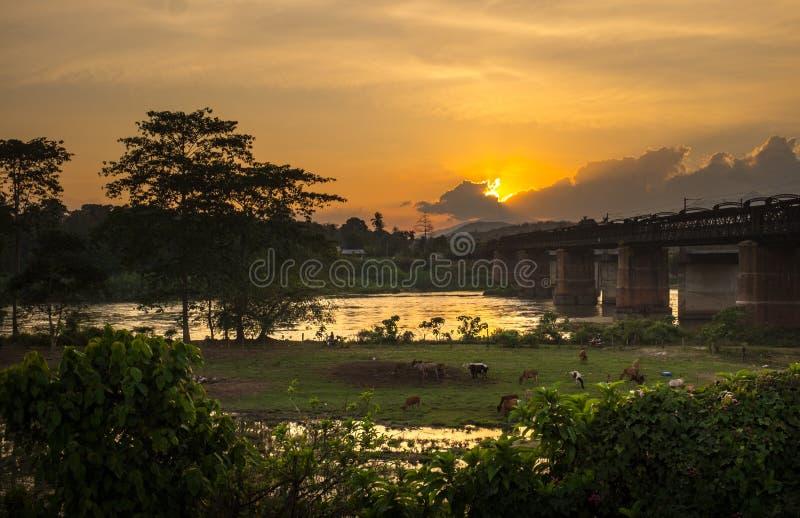 Beaux coucher du soleil et paysage d'un pont image libre de droits