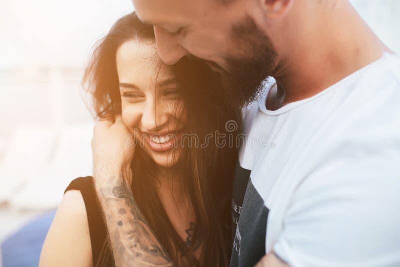 Download Beaux Couples à L'angle étroit Photo stock - Image du mâle, personne: 76076888
