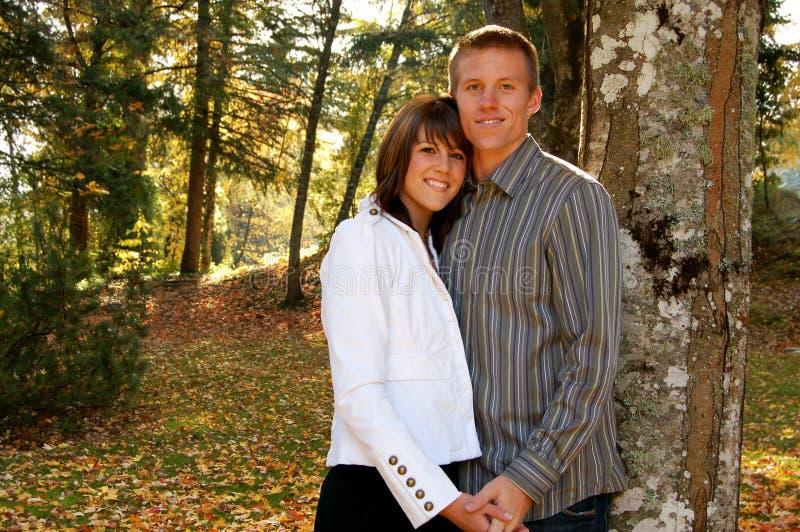 Beaux couples à un stationnement photographie stock libre de droits