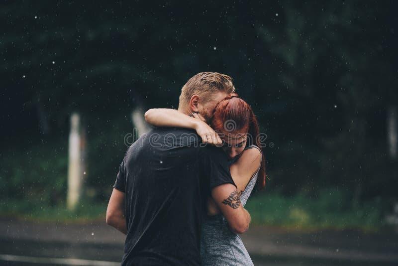Download Beaux Couples étreignant Sous La Pluie Photo stock - Image du activité, pluie: 76077784