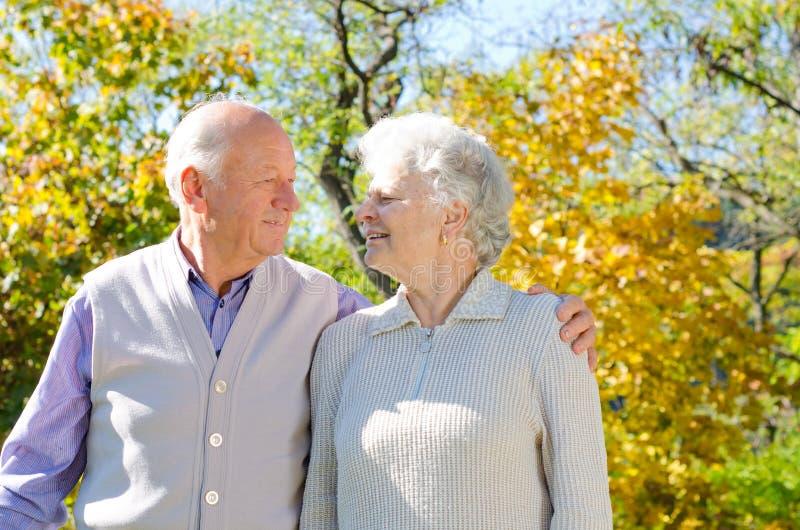 Beaux couples aînés image stock
