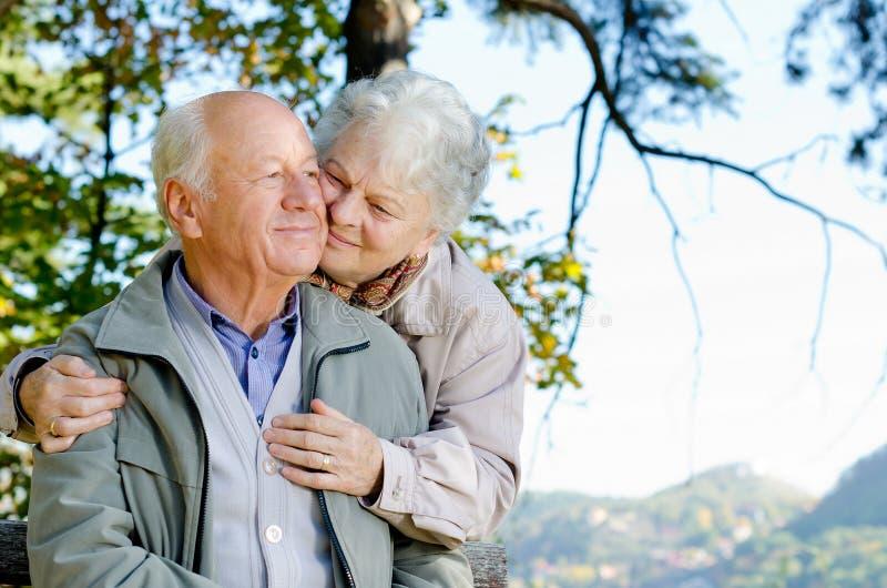 Beaux couples aînés images stock