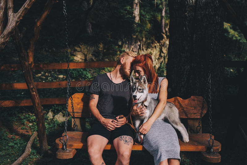 Download Beaux Couples Ainsi Que Le Chien Sur Une Oscillation Image stock - Image du amusement, bonheur: 76077605