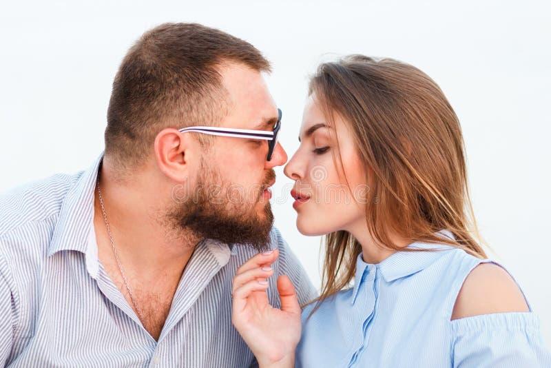 Beaux couples attrayants se reposant ensemble sur la plage blanche de sable, se regardant, jeunes couples embrassant sur la plage image stock