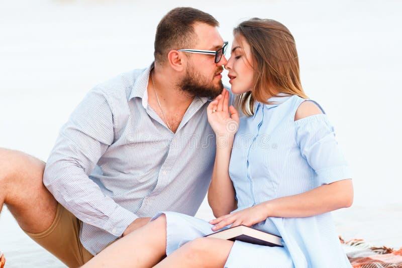 Beaux couples attrayants se reposant ensemble sur la plage blanche de sable, se regardant, jeunes couples embrassant sur la plage photos stock