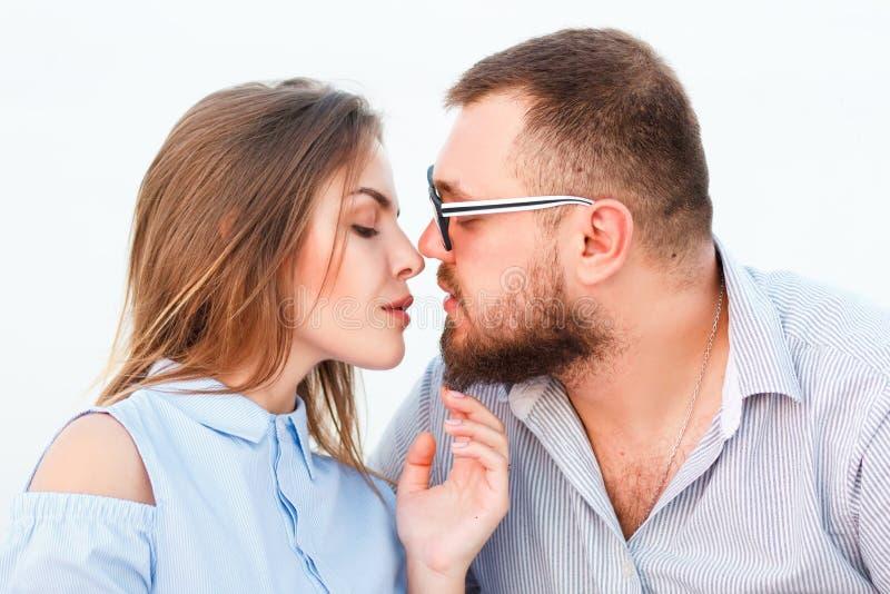 Beaux couples attrayants se reposant ensemble sur le beac blanc de sable images stock