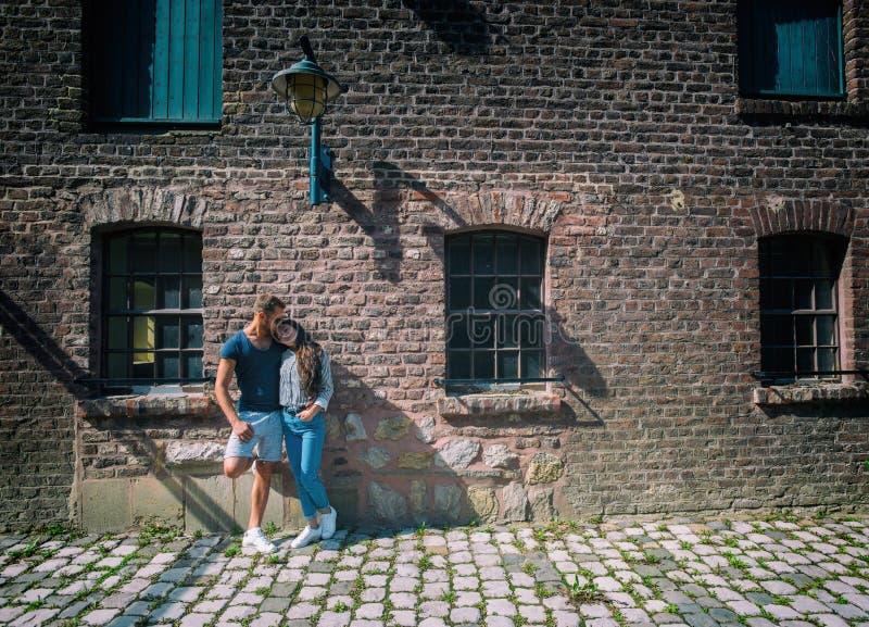 Beaux couples au bâtiment lapidé photographie stock