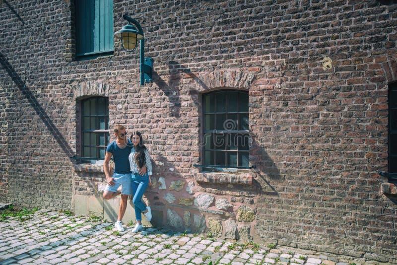 Beaux couples au bâtiment lapidé image stock