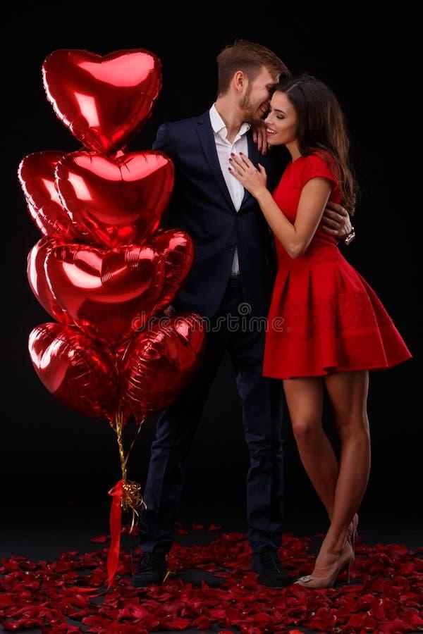 Beaux couples célébrant le Saint Valentin sur un fond noir Concept de Saint Valentin images stock
